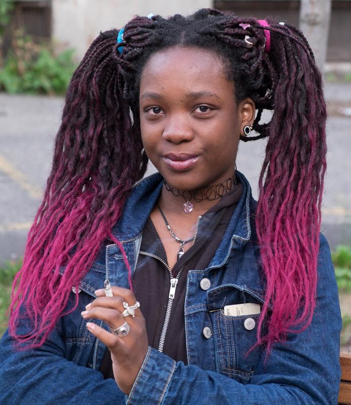 jeune fille aux cheveux roses/quartier chinois de Montréal